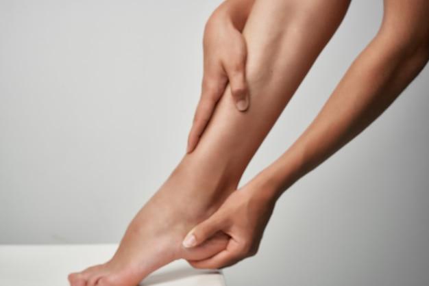 Massagem na perna feminina, tratamento de lesões, medicina