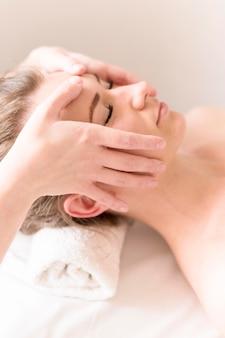 Massagem na testa close-up