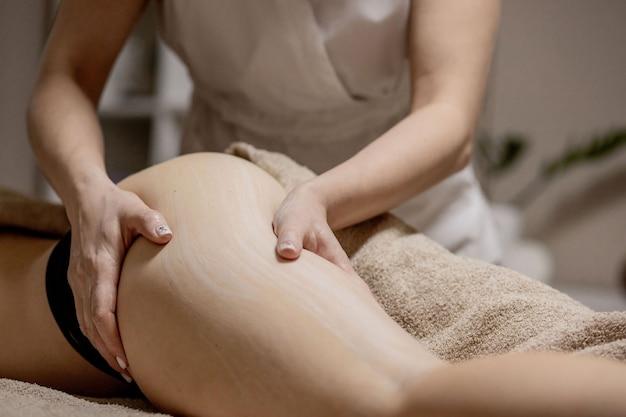 Massagem nas áreas problemáticas do corpo para perda de peso e correção corporal.