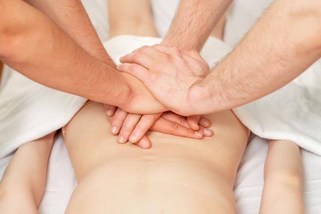 Massagem nas costas com as quatro mãos.