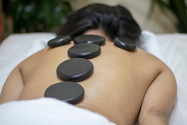 Massagem nas costas com pedras quentes