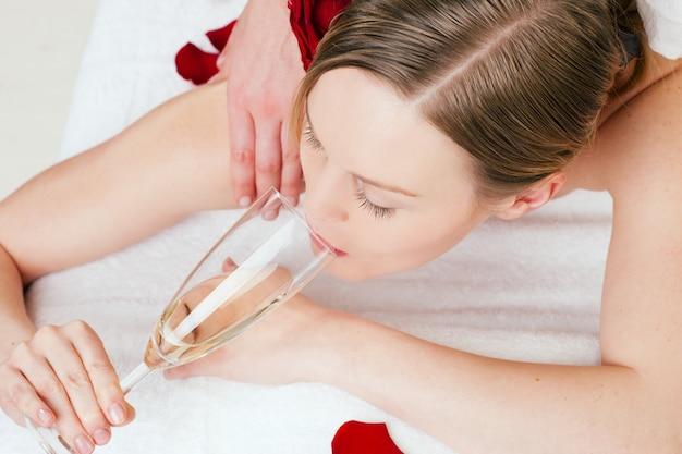 Massagem nas costas com vinho espumante