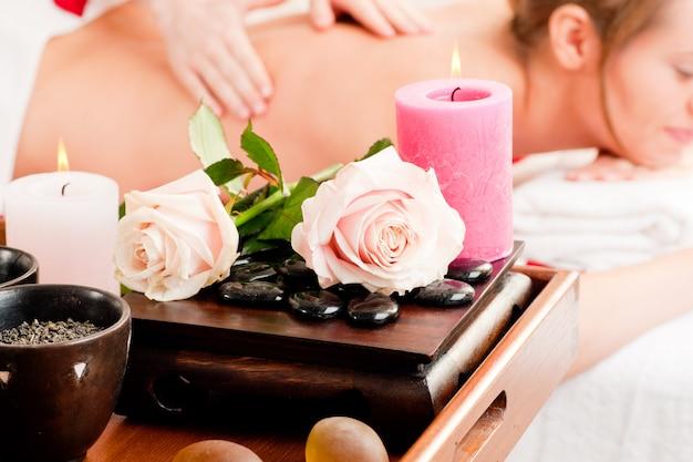 Massagem nas costas em spa