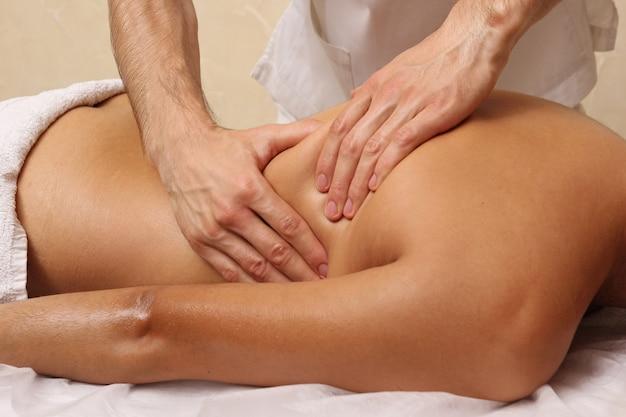 Massagem nas costas no salão spa.
