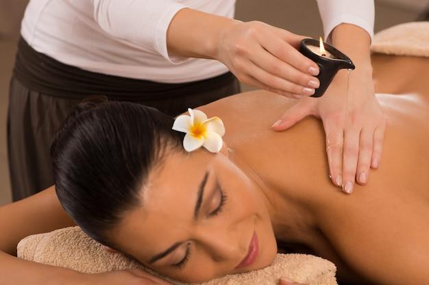 Massagem nas costas no spa com