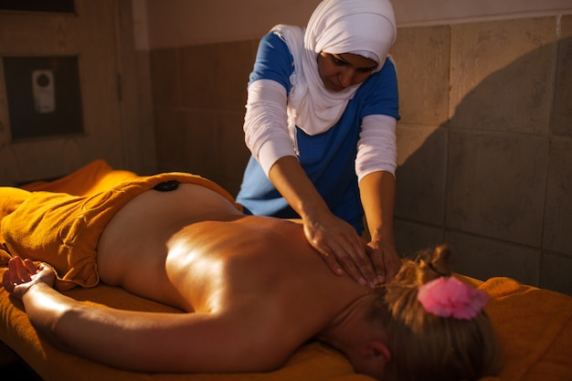 Massagem nas costas no spa de beleza asiática