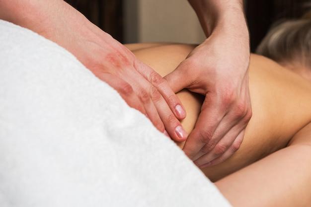Massagem nas costas para mulher