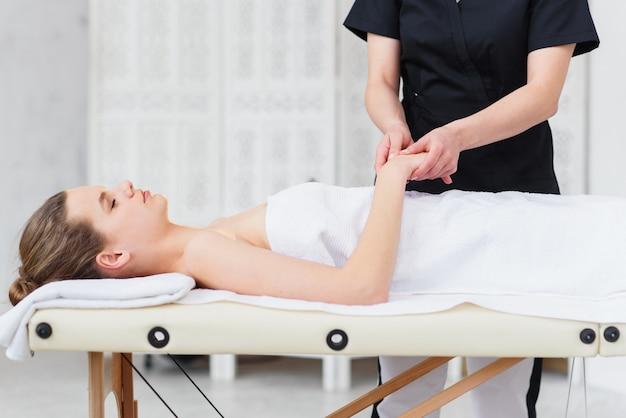 Massagem nas mãos. fisioterapeuta pressionando pontos específicos na palma da mão feminina. manipulações de acupressão profissional de saúde e bem-estar, cópia espaço, closeup