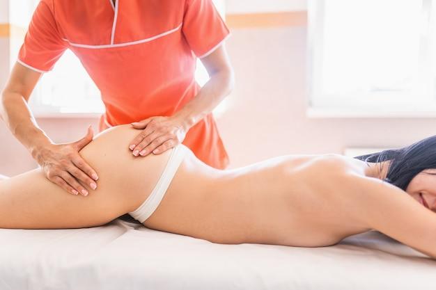 Massagem nas pernas e nádegas para reduzir a celulite e manter um aspecto saudável.
