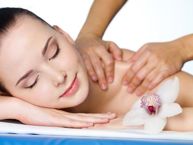 Massagem no ombro de linda dirl em salão de beleza - horizontal