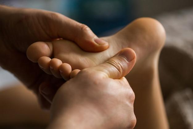 Massagem no pé do bebê