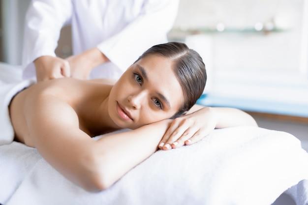 Massagem no salão spa