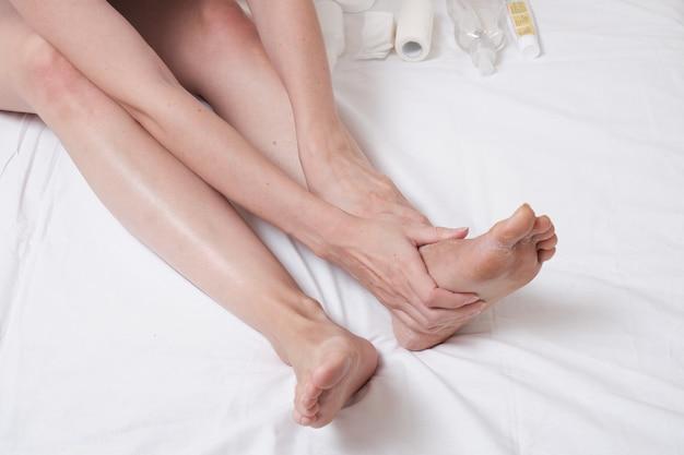 Massagem nos pés após a retirada da bandagem de gesso. reabilitação após uma perna quebrada. automassagem.
