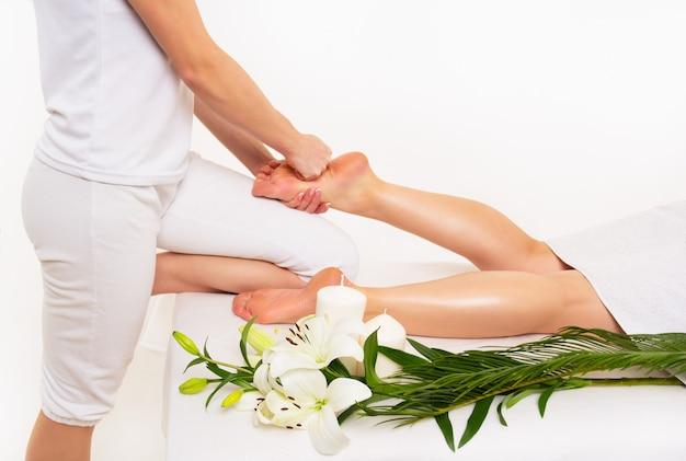 Massagem nos pés em salão de spa
