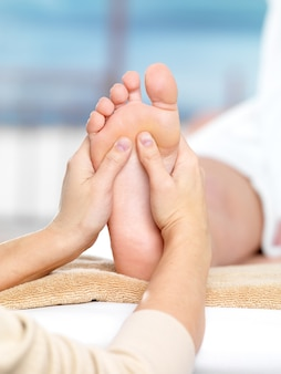 Massagem nos pés em salão spa, close-up
