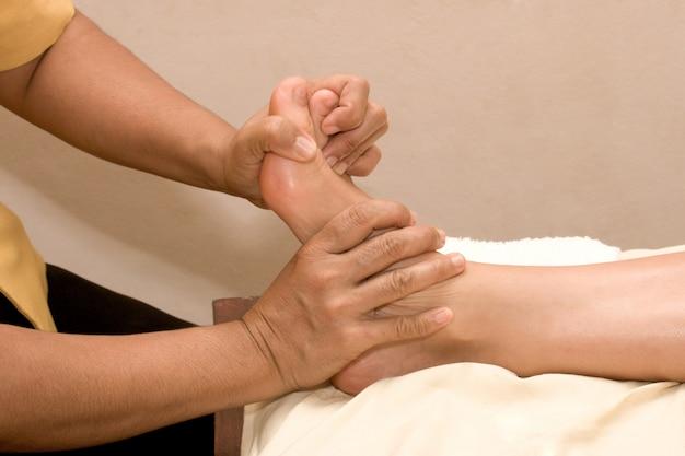 Massagem nos pés no spa