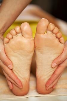 Massagem nos pés para uma mulher em um spa