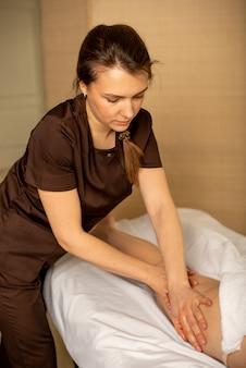 Massagem nos pés por fisioterapeuta