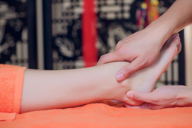 Massagem reflexologia nos pés, close-up tratamento de spa.
