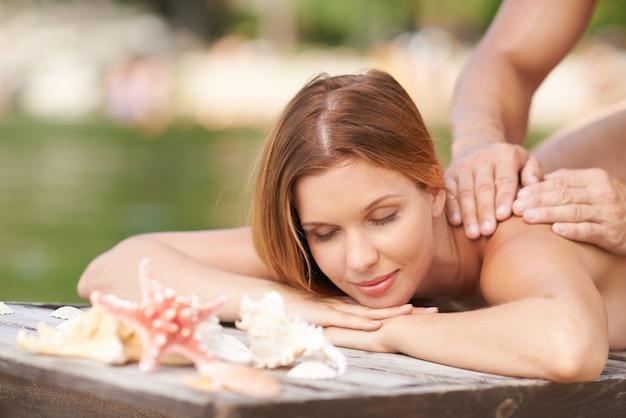 Massagem relaxante em um cais