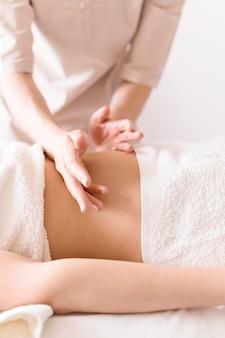Massagem relaxante no abdômen