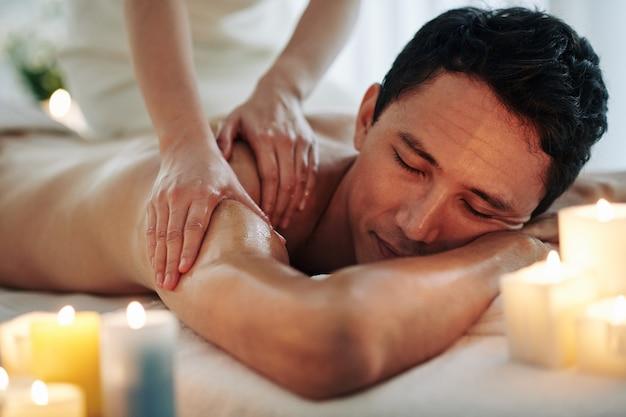 Massagem relaxante no spa