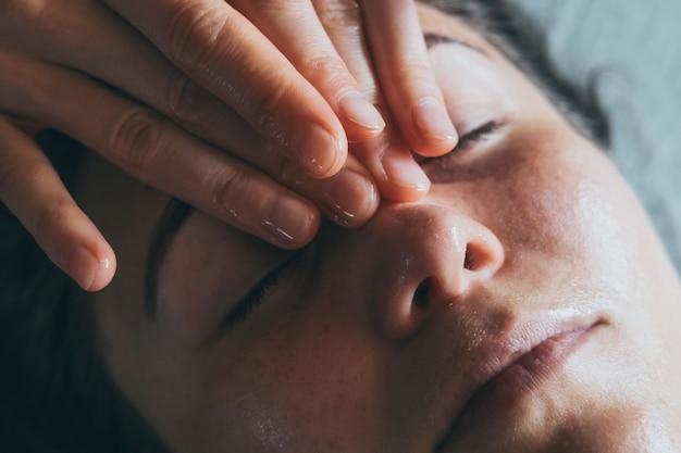 Massagem relaxante tratamentos de spa para rosto close de procedimentos cosméticos mulher desfrutando de massagem