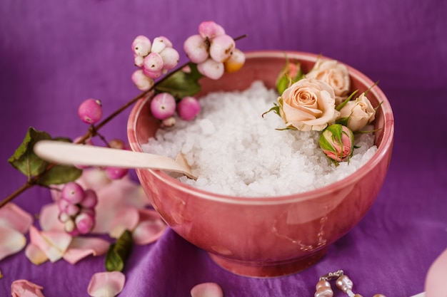 Massagem spa. aromaterapia. esfoliação corporal com sal na edição roxa