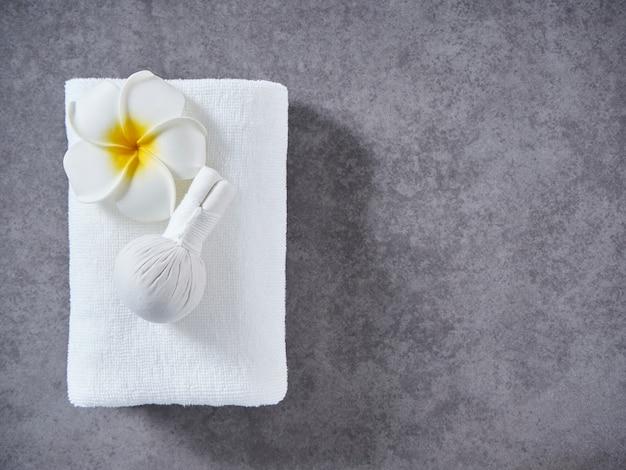 Massagem spa com bola de ervas compressa