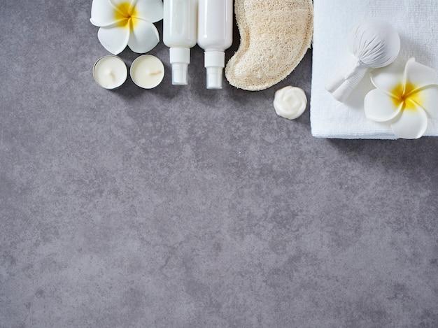 Massagem spa com compressa de ervas e cuidados com a pele