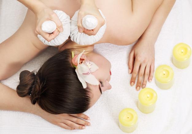 Massagem tailandesa com bolas, vista superior