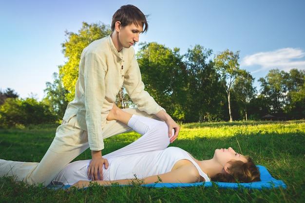 Massagem tailandesa com exercícios de ioga
