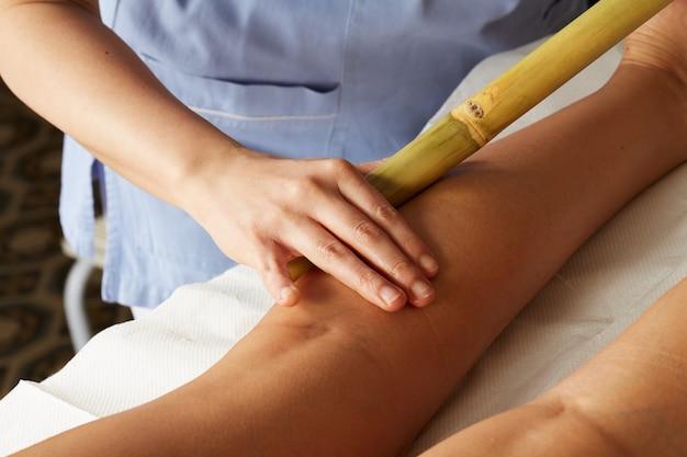 Massagem tailandesa com vara de bambu