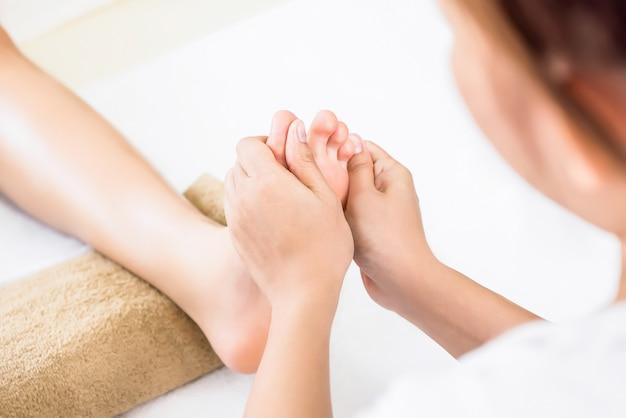 Massagem tailandesa de reflexologia podal tradicional relaxante