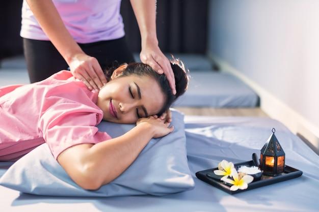 Massagem tailandesa na cabeça em spa