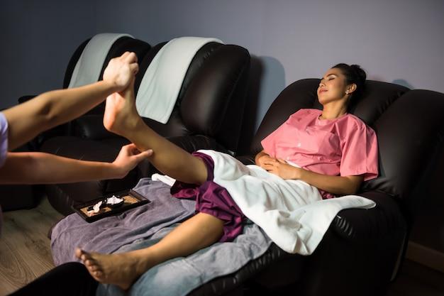 Massagem tailandesa na perna no spa
