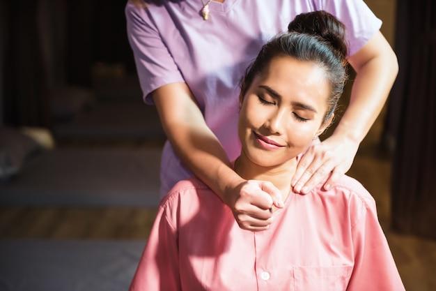 Massagem tailandesa nas costas do pescoço
