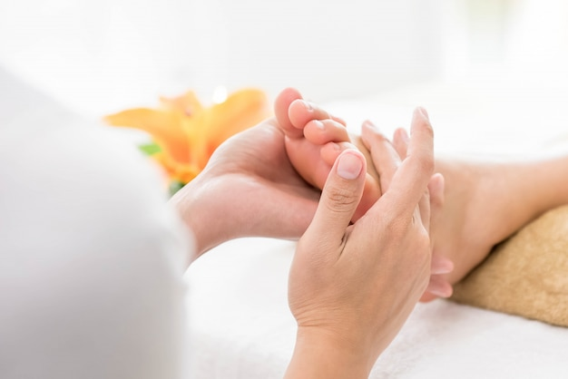Massagem tailandesa nos pés com aromaterapia e reflexologia