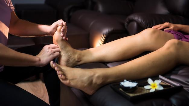 Massagem tailandesa nos pés no sofá spa