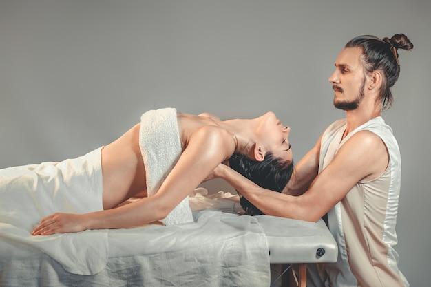 Massagem terapêutica de alongamento.