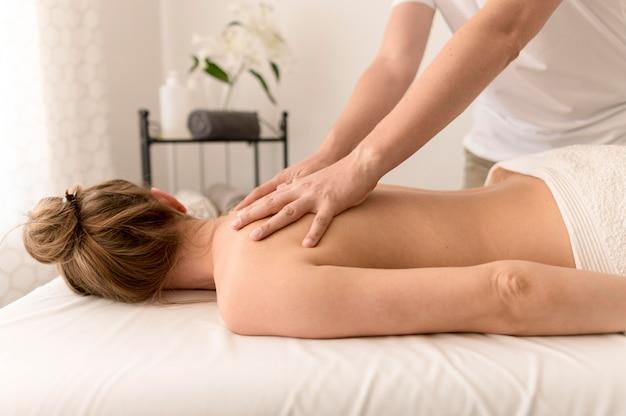 Massagem terapêutica nas costas do conceito