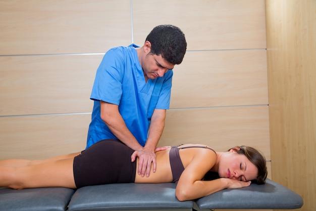 Massagem terapêutica por fisioterapeuta nas costas da mulher