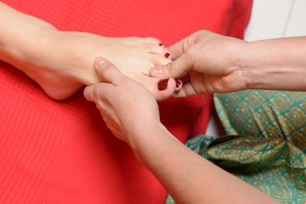 Massagem tradicional dos pés tailandeses