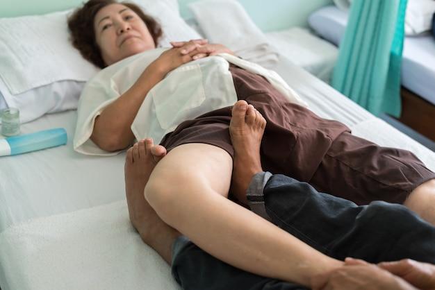 Massagem tradicional tailandesa para tratar dores de dores