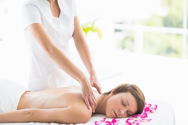 Massagista dando volta massagem para mulher