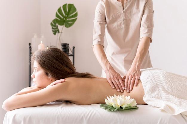 Massagista de close-up com cliente