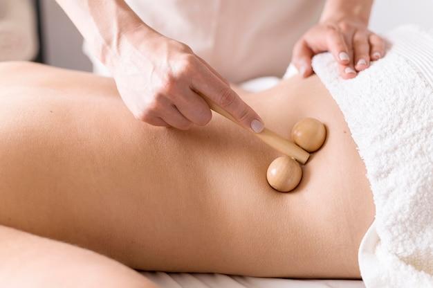 Massagista de close-up usando o instrumento