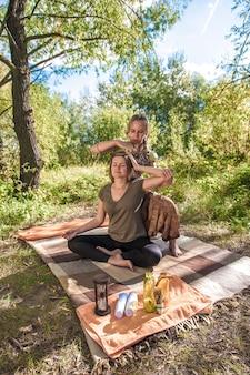 Massagista de menina faz massagem para seu cliente.