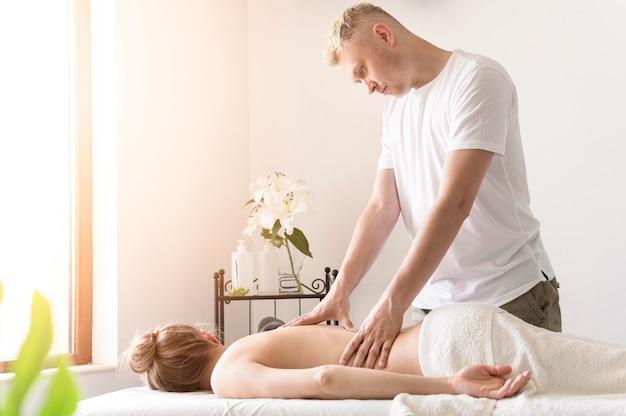 Massagista de tiro médio trabalhando
