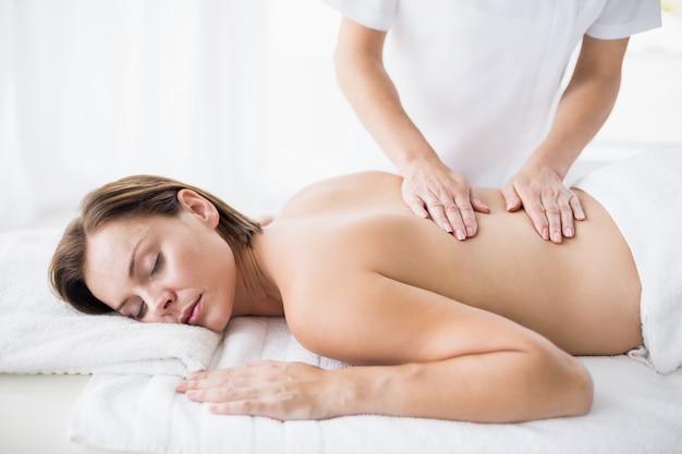 Massagista, devolvendo a massagem para mulher